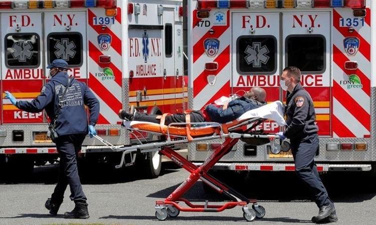 Lính cứu hỏa di chuyển bệnh nhân ở New York ngày 20/5. Ảnh: Reuters.