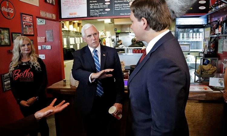 Phó Tổng thống Mỹ Mike Pence tại nhà hàng đồ ăn nhanh ở thành phố Orlando, bang Florida, hôm 20/5. Ảnh: AP.