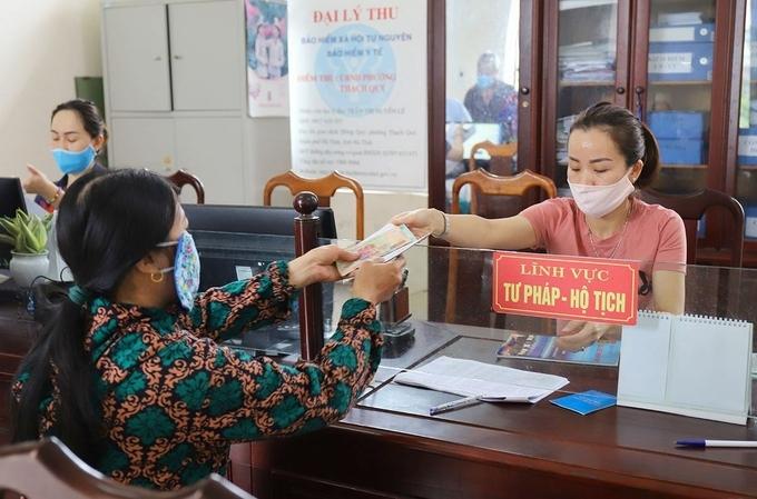 Người dân phường Thạch Quý, thành phố Hà Tĩnh nhận tiền hỗ trợ hôm 30/4. Ảnh:Đức Hùng