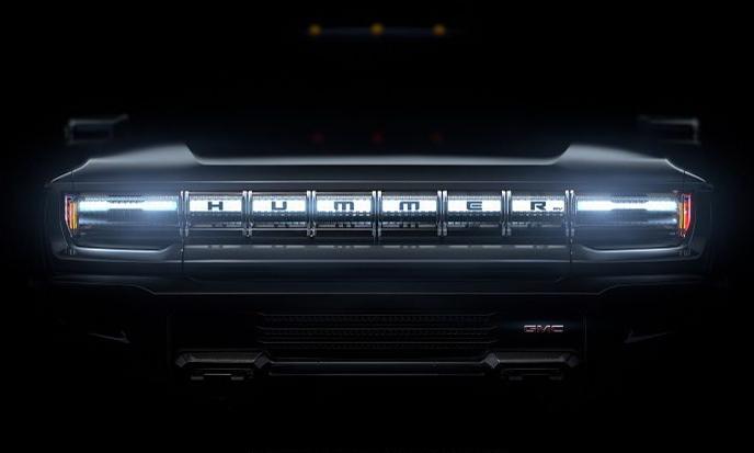 Ảnh đầu tiên về mẫu bán tải Hummer chạy điện, với dải đèn chạy ngang nổi bật chữ Hummer, tên thương hiệu GMC nằm phía dưới. Ảnh: GMC