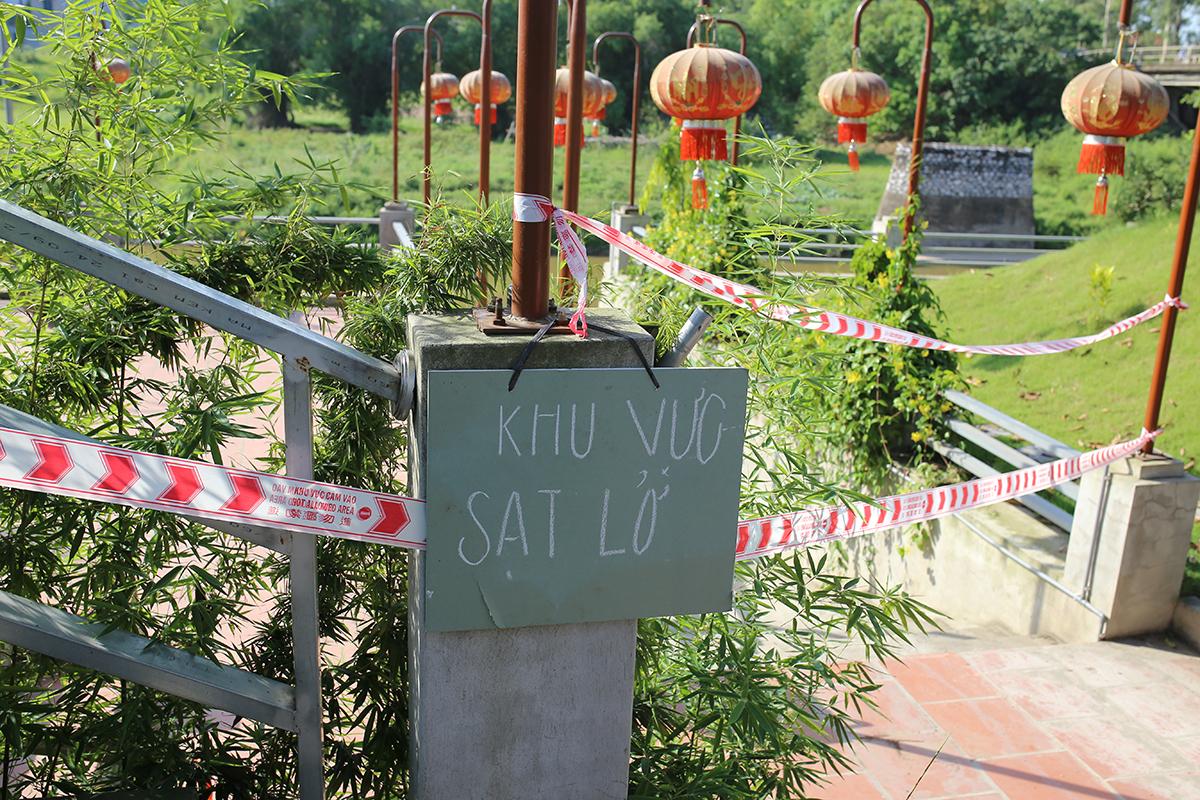Di tích đền Ba Voi (xã Nguyên Khê, huyện Đông Anh) sát sông Cà Lồ được quây rào sau khi phát hiện bị lún sụt. Ảnh: Tất Định