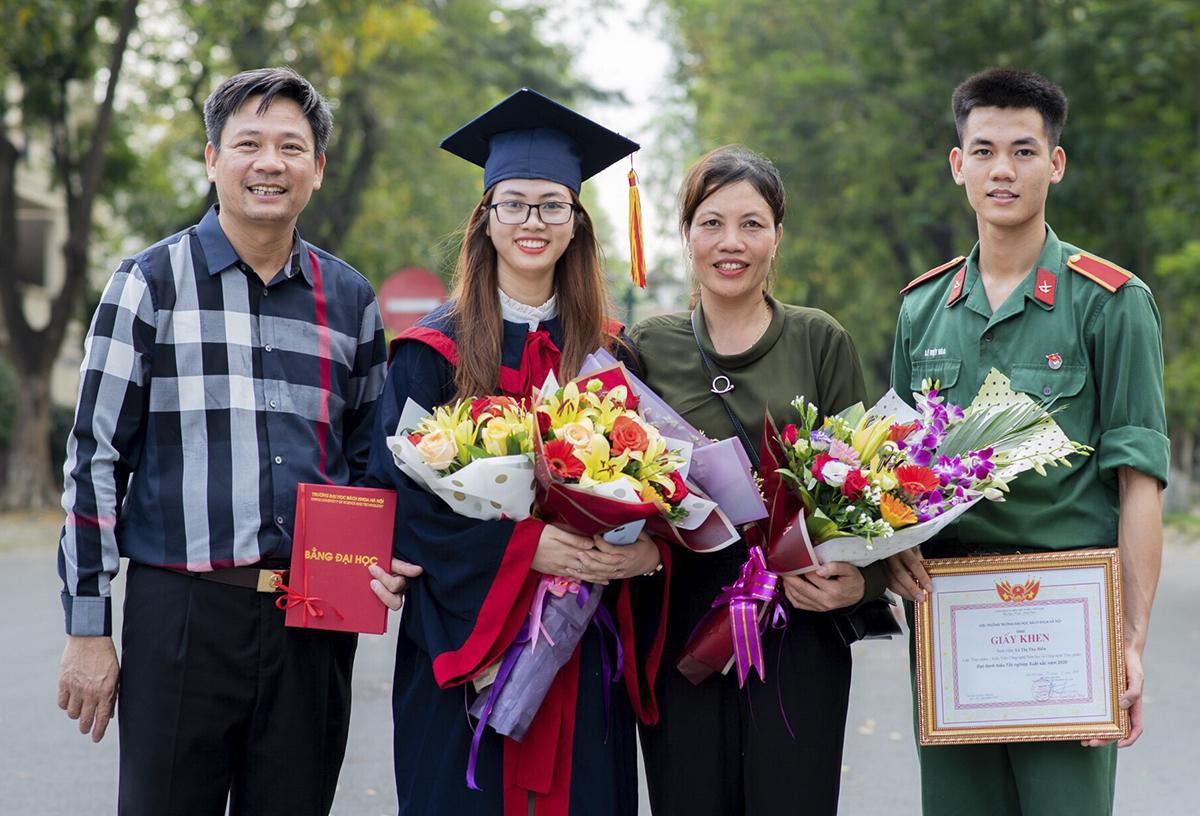 Thu Hiền cùng gia đình trong lễ tốt nghiệp. Ảnh: Nhân vật cung cấp.