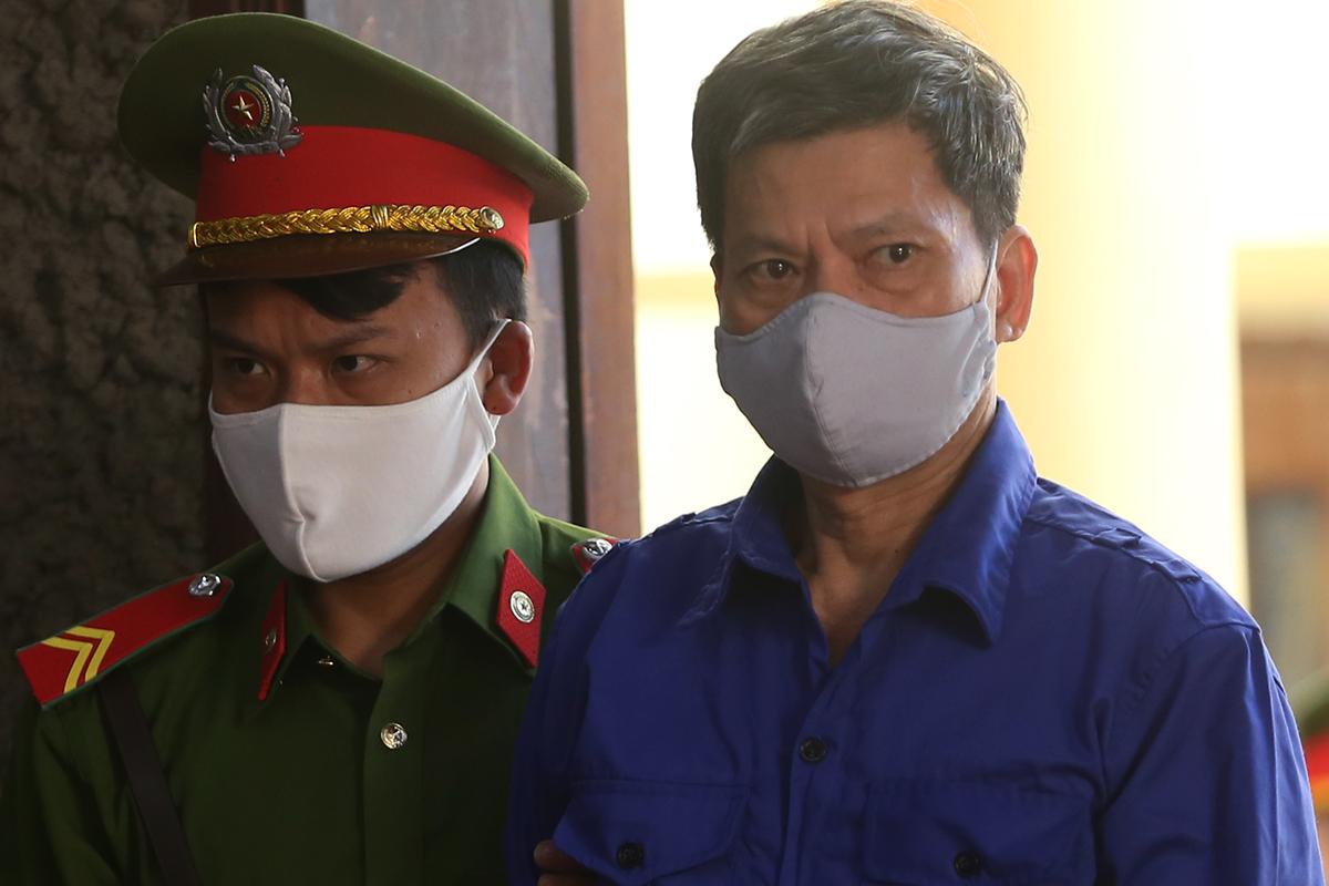 Bị cáo Lò Văn Huynh bị áp giải đến phiên tòa trong sáng 21/5. Ảnh: Phạm Dự