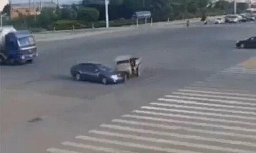 Thanh niên dùng khinh công bay qua nóc ôtô sau va chạm - 2