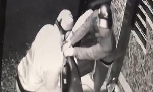 Bẻ khóa cổng trộm xe tay ga