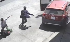 Cảnh sát quật ngã hai tên cướp ở cây xăng