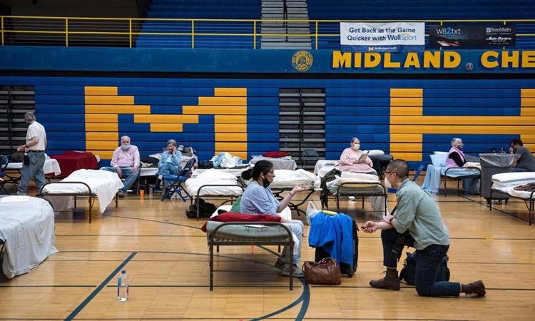 Người dân được sơ tán tới nơi trú ẩn tạm thời tại Trường Trung học Phổ thông Midland, bang Michigan, hôm 20/5. Ảnh: NYTimes.