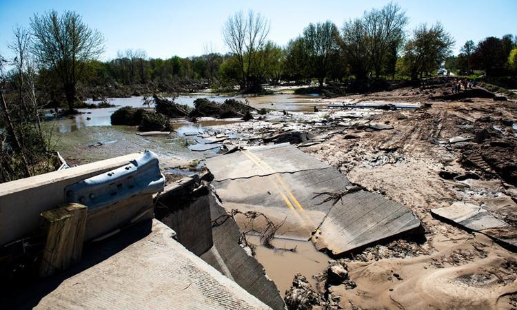Một cây cầu bị đánh sập vì nước lũ do đậpEdenville bị vỡ ở Midland, bang Michigan, hôm 20/5. Ảnh: NYTimes.