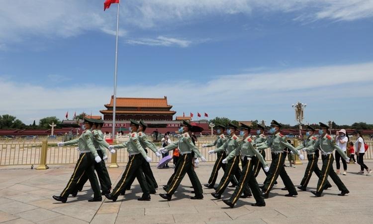Cảnh sát vũ trang đi qua Quảng trường Thiên An Môn ở Bắc Kinh, Trung Quốc hôm 20/5 trước khi quốc hội bắt đầu phiên họp thường niên. Ảnh: SCMP.