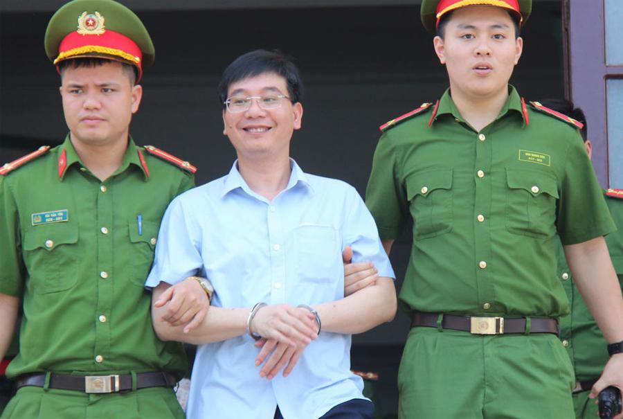 Bị cáo Chất rời tòa án vào trưa 21/5. Ảnh: Hoàng Phương