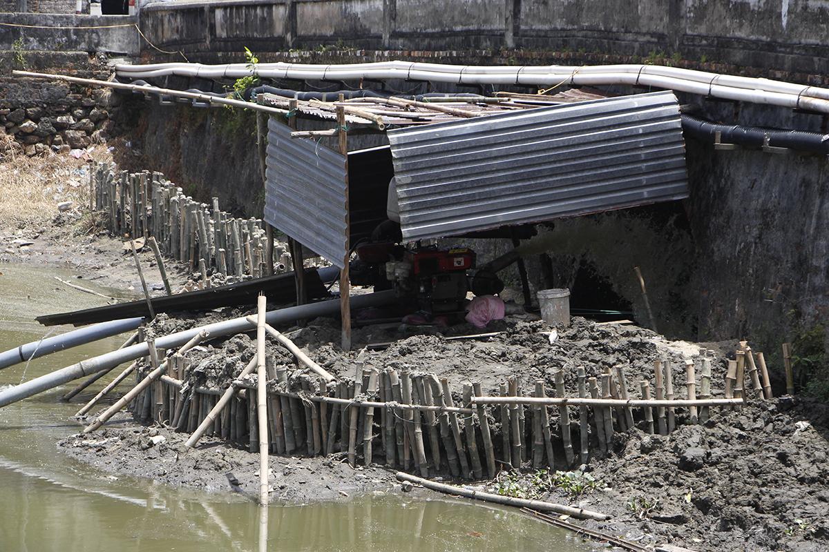 Máy bơm được lắp đặt hút nước hộ thành hào đoạn cửa Thể Nhơn đến Nam Xương Đài. Ảnh: Võ Thạnh