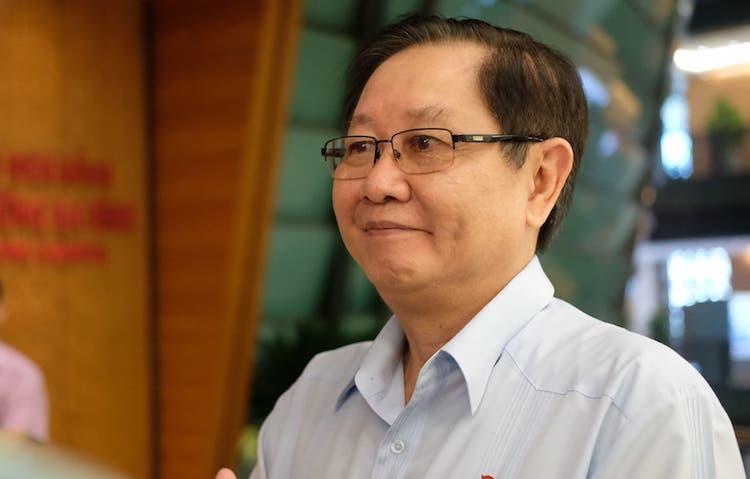Bộ trưởng Nội vụ Lê Vĩnh Tân bên hành lang Quốc hội sáng 22/5. Ảnh: Hoàng Thuỳ