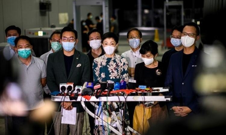 Nhà lập pháp phe dân chủ Tanya Chan (giữa) cho rằng Bắc Kinh đã thể hiện sự không tôn trọng người dân Hong Kong trong cuộc họp báo ở Hong Kong hôm 21/5. Ảnh: AFP.