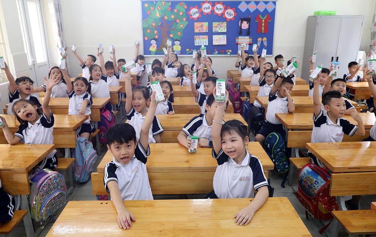 Cô giáo Nguyễn Hồng Anh, Giáo viên phụ trách lớp 4C chia sẻ: Nhiều phụ huynh cũng tâm sự với cô giáo là trong đợt nghỉ dịch, lịch sinh hoạt, chế độ ăn uống của các con có nhiều thay đổi. Khi các con quay lại trường, phụ huynh thấy các con đã vào nếp trở lại, được uống sữa đầy đủ, đúng giờ giấc nên cũng an tâm hơn.