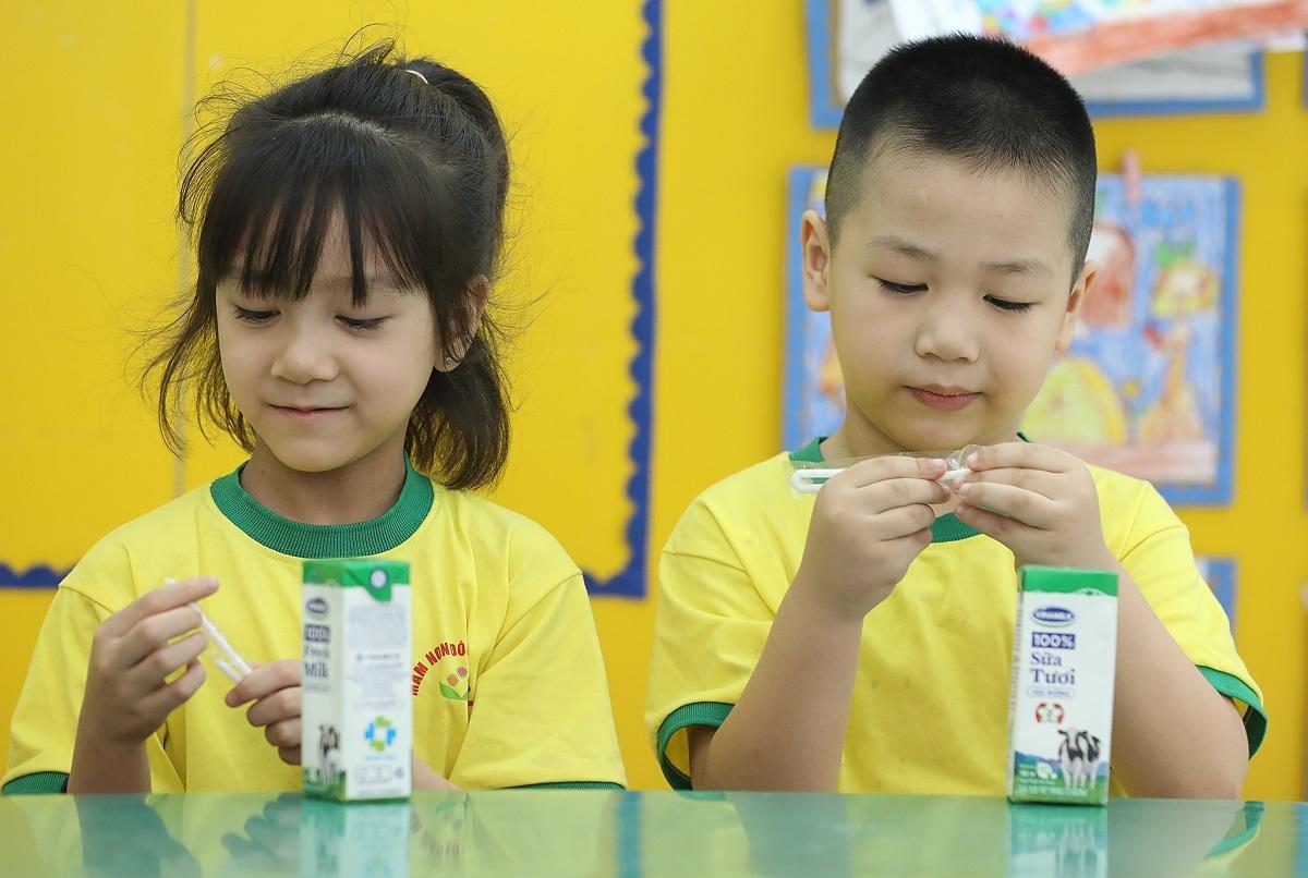 Cô giáo Hà Thị Hoa, phụ trách lớp A7 cho biết, giáo viên thường xuyên cập nhật thông tin về việc uống sữa của con cho phụ huynh như cung cấp hình ảnh trẻ uống sữa đúng giờ, hạn sử dụng in trên hộp sữa, việc cô tổ chức uống sữa cho các cháu như thế nào... nên phụ huynh rất yên tâm và tin tưởng.