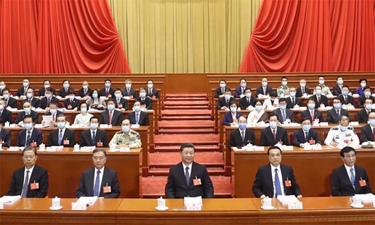 Chủ tịch Trung Quốc Tập Cận Bình (hàng đầu, chính giữa) cùng các quan chức trong phiên làm việc của quốc hội, ngày 22/5. Ảnh: Xinhua.