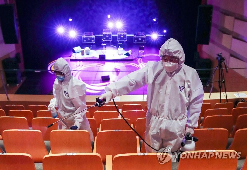 Nhân viên chính quyền phun khử trùng một nhà hát ở phía tây Seoul, Hàn Quốc, hôm 21/5. Ảnh: Yonhap