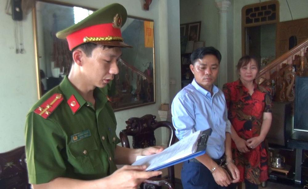 Cảnh sát đọc lệnh khởi tố nghi can Lê Quang Đức. Ảnh: Lam Sơn.