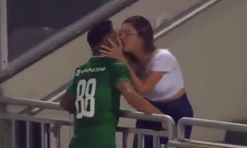 Cầu thủ tỏ tình với người đẹp sau khi ghi bàn - 2