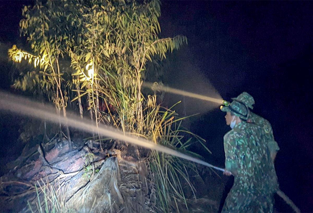 Lực lượng quân đội tiếp cận, ứng phó đám cháy rừng phòng hộ tại Kiên Giang. Ảnh: Trần Vũ