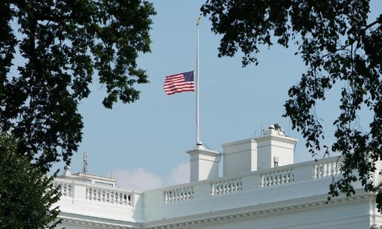 Nhà Trắng treo cờ rủ tưởng nhớ cố thượng nghị sĩ John McCain tháng 8/2018. Ảnh: AFP.