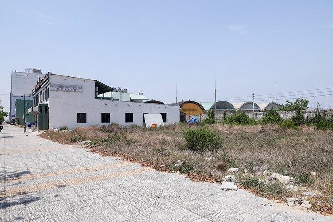 Nhiều nhà hàng, khách sạn đã xây dựng trên vệt đất dọc sân bay quân sự Nước Mặn, TP Đà Nẵng. Ảnh:Nguyễn Đông.