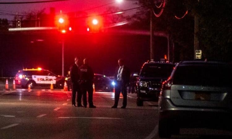 Cảnh sát và điều tra viên tại khu vực xảy ra vụ án ởhạtSuffolk, bang New York, Mỹ, hôm 21/5. Ảnh: NY Times.