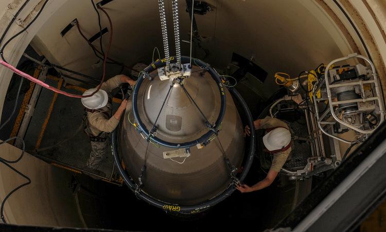Lính Mỹ bảo dưỡng tên lửa đạn đạo Minuteman III hồi năm 2018. Ảnh: USAF.