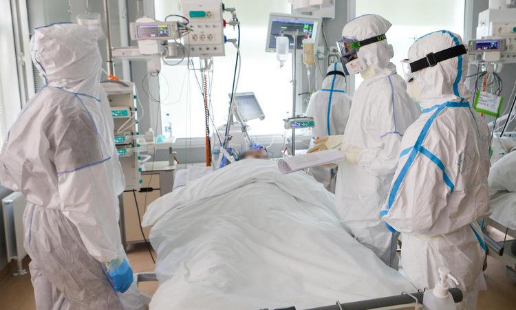 Y bác sĩ kiểm tra bệnh nhân Covid-19 tại Moskva, Nga, hôm 20/5. Ảnh: Reuters.