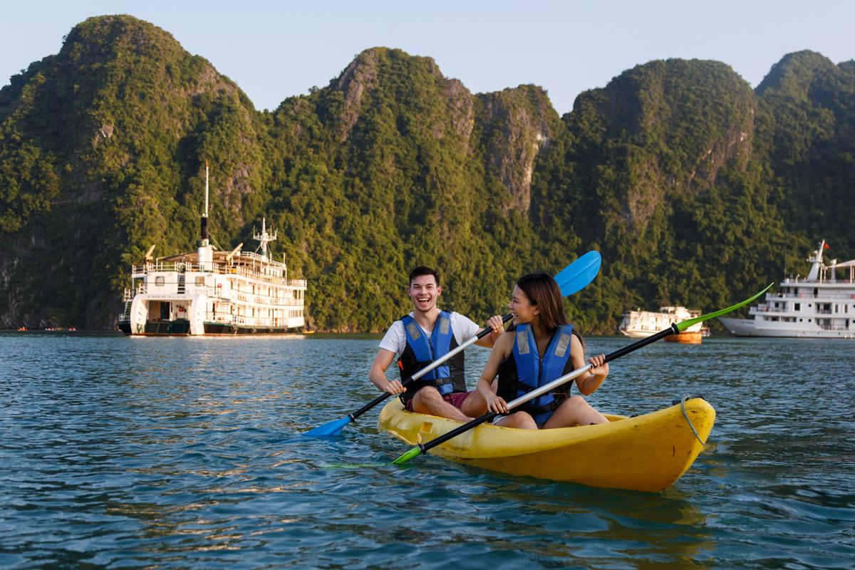 Chèo thuyền kayak là một trong những hoạt động rất được yêu thích khi du lịch biển.