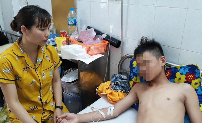 Lê Phước Duy nằm điều trị tại Bệnh viện Đa khoa tỉnh Thanh Hóa. Ảnh: Lê Hoàng.