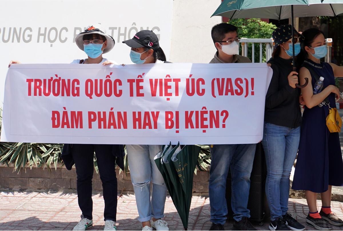 Phụ huynh trường Quốc tế Việt Úc kéo lên trường phản đối chính sách thu học phí online trong thời gian nghỉ phòng chống Covid-19, trưa 14/5. Ảnh: Mạnh Tùng.