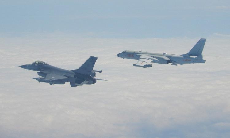 Tiêm kích Đài Loan bám theo oanh tạc cơ Trung Quốc hôm 10/2. Ảnh: Lực lượng vũ trang Đài Loan.