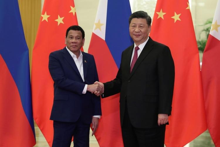 Tổng thống Philippines Duterte, trái, gặp Chủ tịch Trung Quốc Tập Cận Bình tại Bắc Kinh vào tháng 4/2019. Ảnh: Reuters.