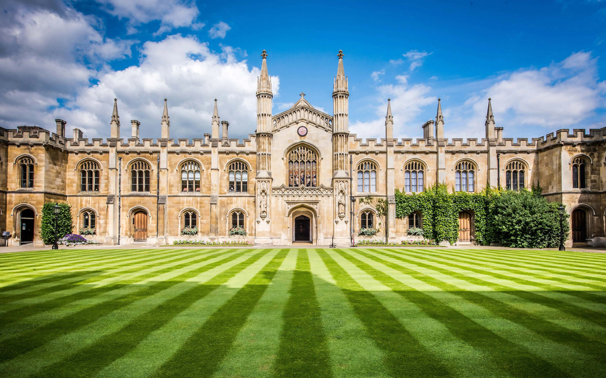 Đại học Cambridge là trường đầu tiên tại Anh đóng cửa đến hè 2021 vì Covid-19. Ảnh: Telegraph.