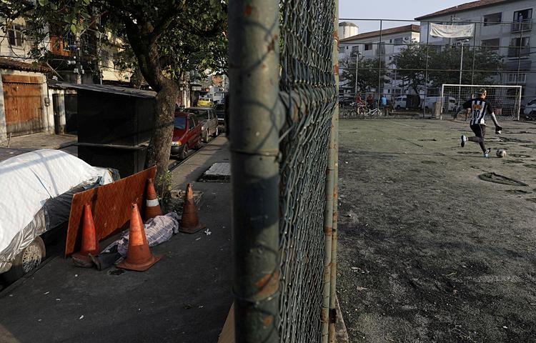 Xác của Silva (trái), cách sân chơi trẻ em chỉ vài mét, sáng 17/5. Ảnh: Reuters.