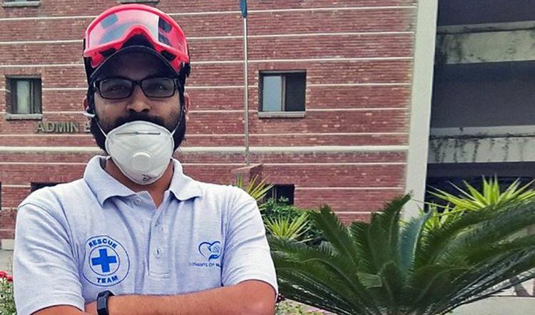 Syed Mustafa Ahmed tham gia một cuộc cứu hộ Covid-19 tại thành phố Lahore hôm 8/5. Ảnh: Syed Mustafa Ahmed