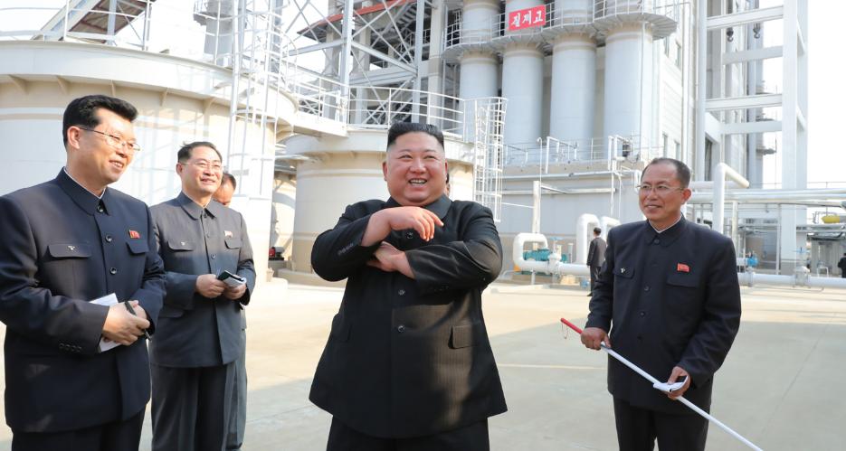 Kim Jong-un (thứ hai từ phải sang) thăm nhà máy phân bón Sunchon gần Bình Nhưỡng ngày 1/5. Ảnh:KCNA.