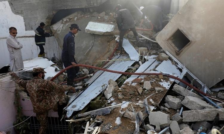 Hiện trường vụ rơi máy bay Pakistan ởKarachi ngày 22/5. Ảnh: Reuters.