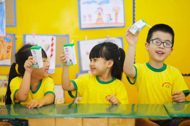 Ngay khi quay lại trường học sau giãn cách vì Covid-19, các em học sinh đã được uống sữa tại trường. Ảnh: Trường mầm non Đông Ngạc A,Hà Nội.