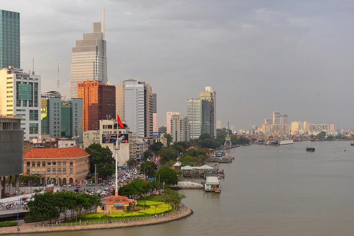 Trung tâm TP HCM có khá nhiều công viên. Trong ảnh là Công viên Cảng Bạch Đằng nằm bên bờ Tây sông Sài Gòn - nơi hiếm hoi không bị lấn chiếm. Ảnh: Nhung Nguyễn.