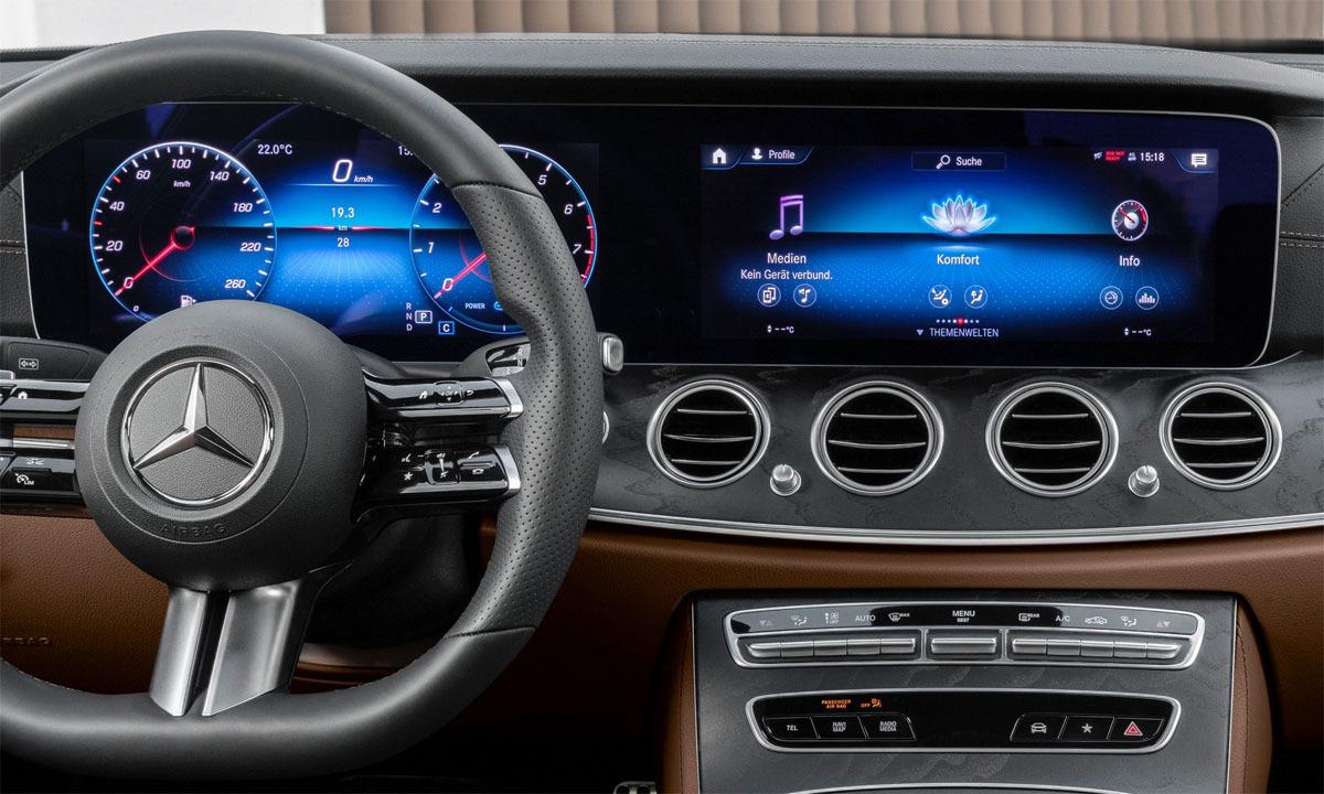 Đồng hồ kỹ thuật số 12,3 inch và màn hình thông tin cùng kích thước. Vô-lăng với công nghệ nhận biết nếu tài xế bỏ cả hai tay trên E-class bản nâng cấp. Ảnh: Mercedes