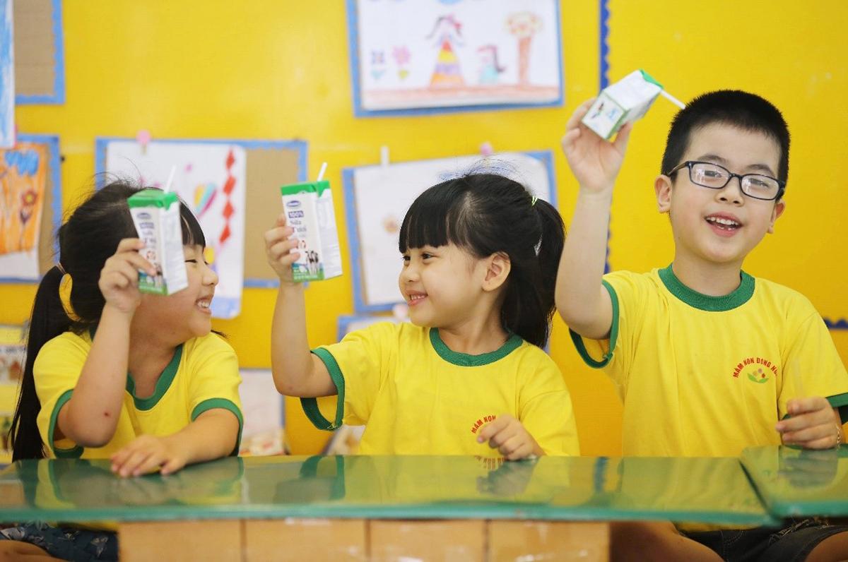 Niềm vui của các em nhỏ cùng bạn bè uống sữa mỗi khi đến trường.