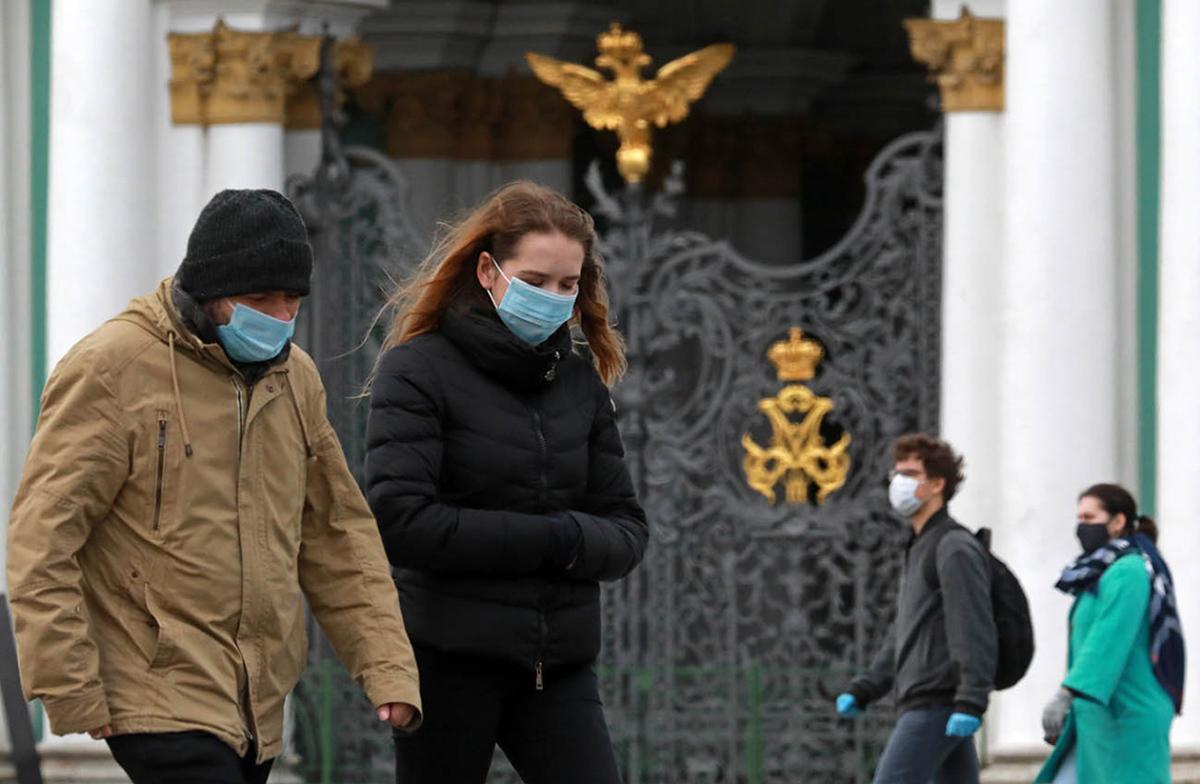 Người dân đeo khẩu trang trên đường phố St. Petersburg hôm 12/5. Ảnh: TASS
