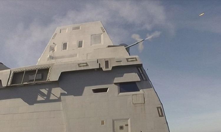 Pháo 30 mm khai hỏa trên USS Zumwalt hôm 16/5. Ảnh: US Navy.