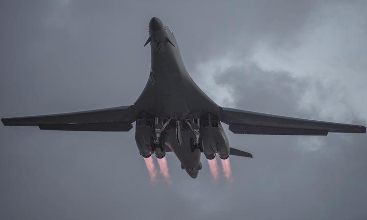 Chiếc B-1B cất cánh từ Guam, tham gia nhiệm vụ diễn tập hôm 21/5. Ảnh: USAF.