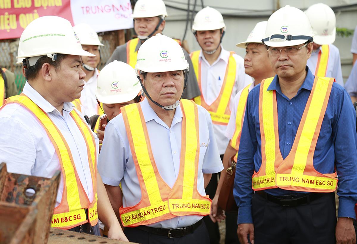 Chủ tịch UBND TP HCM Nguyễn Thành Phong (giữa) kiểm tra tiến độ dự án chống ngập 10.000 tỷ đồng sáng 23/5. Ảnh: Hữu Công