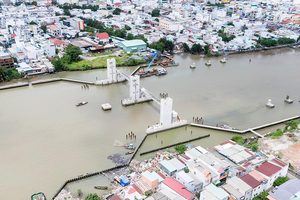 Cống ngăn triều Phú Xuân song song cầu Phú Xuân (nối quận 7 và Nhà Bè) đã cơ bản hoàn thành. Ảnh: Trung Nam