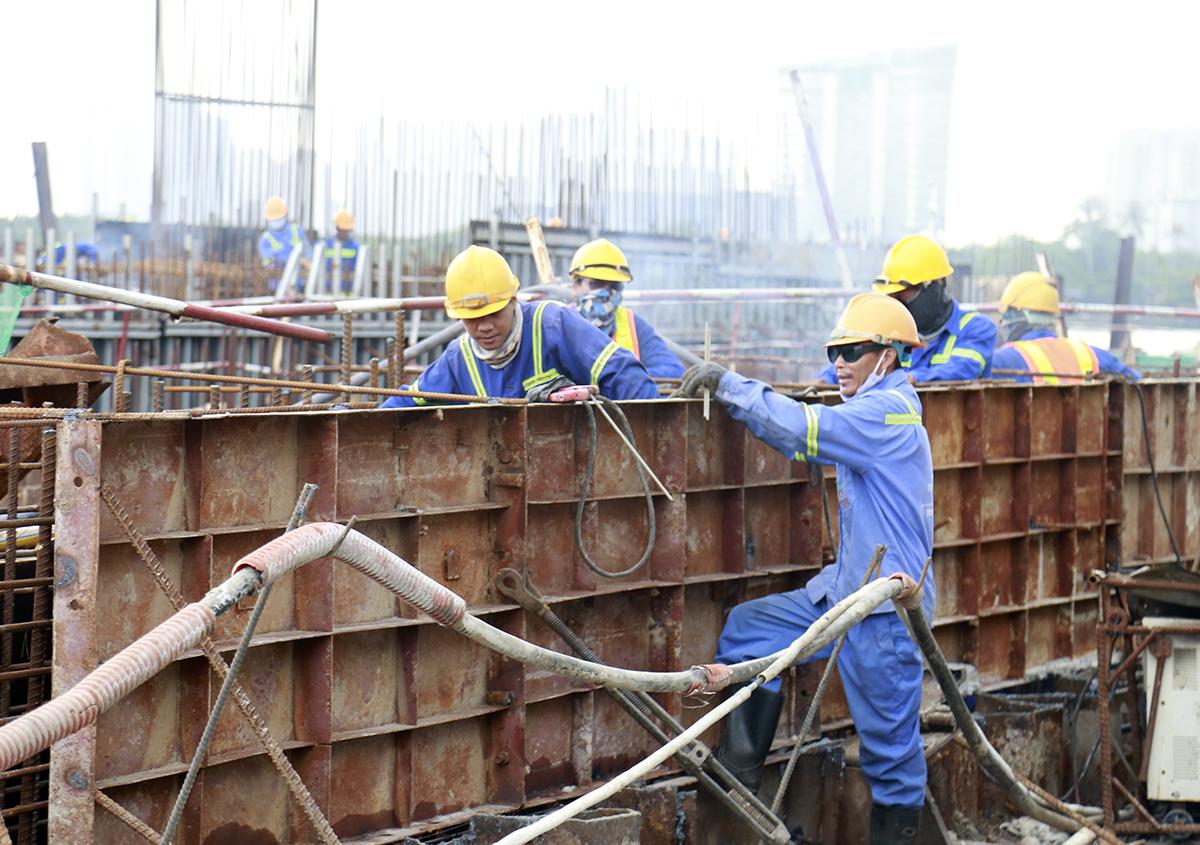 Công nhân đang hoàn thiện hạng mục cống ngăn triều Tân Thuận. Ảnh: Hữu Công