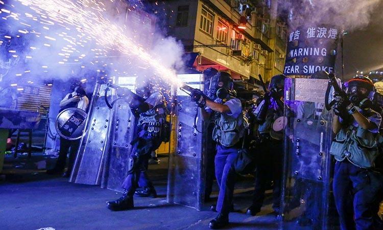 Cảnh sát bắn hơi cay và đạn cao su vào người biểu tình chống dự luật dẫn độ ở Hong Kong hồi tháng 8/2019. Ảnh: Reuters.